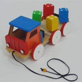 Caminhão gira toco